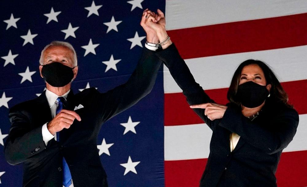 Joe Biden e Kamala Harris comemoram encerramento da convenção, após discurso de nomeação