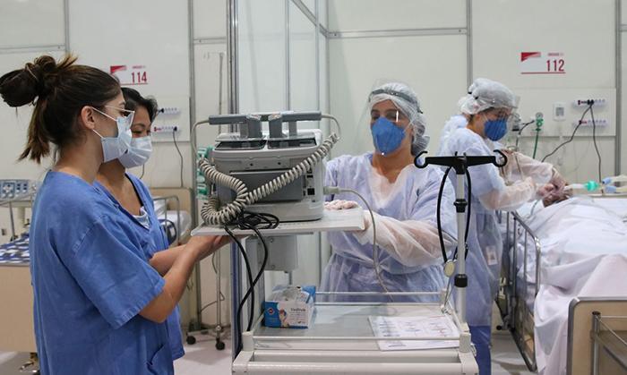 Cirurgias foram adiadas como uma forma de poupar leitos e evitar infecções pela Covid-19