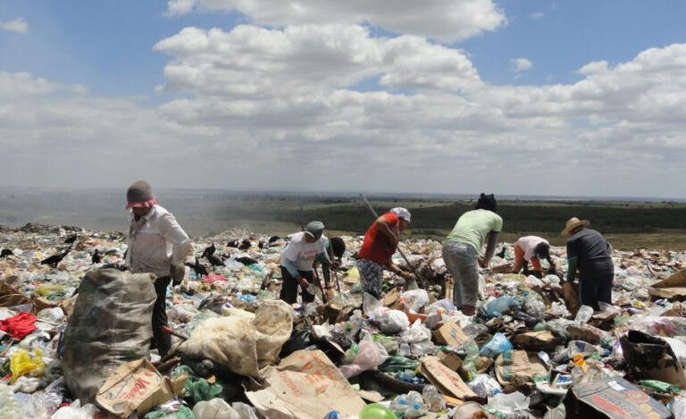 O trabalho insalubre nos lixões ainda é realidade na maioria dos municípios nordestinos dez anos após a promulgação da Lei que determina que sejam extintos