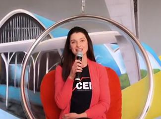 Professora Aline Oliveira, coordenadora do CEM, abre as atividades deste sábado (29). (Necom Dom Helder e EMGE)
