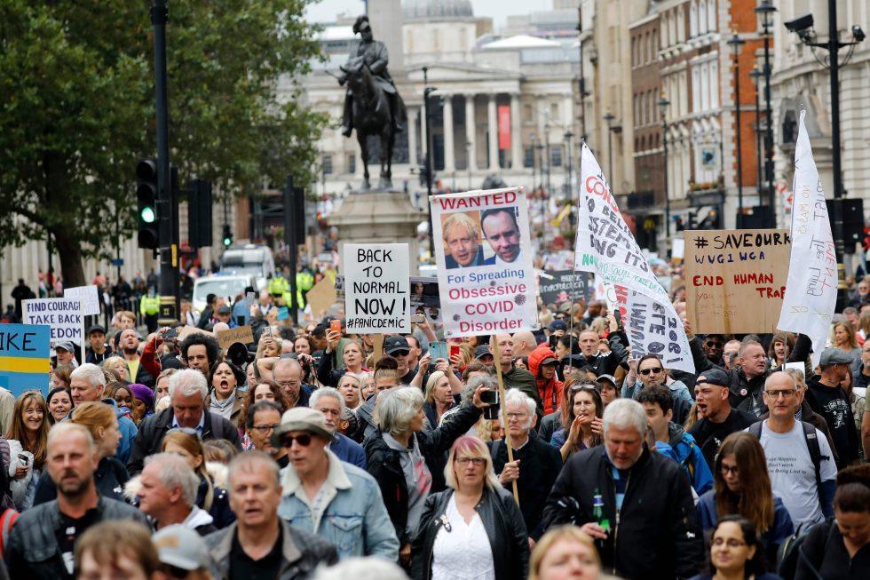 No Centro de Londres, manifestantes exibem cartazes mostrando-se contrários às medidas de isolamento social