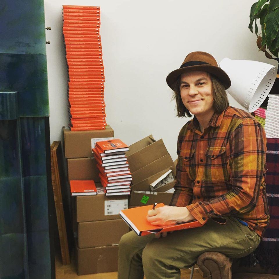 Frank Martela autografa seu livro 'A wonderful life'