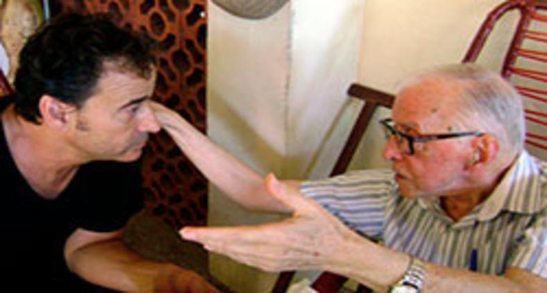 Dom Pedro Casaldaliga converca com o ator Eduard Fernandes (HO/AFP)