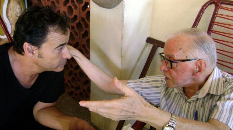 Dom Pedro Casaldaliga converca com o ator Eduard Fernandes