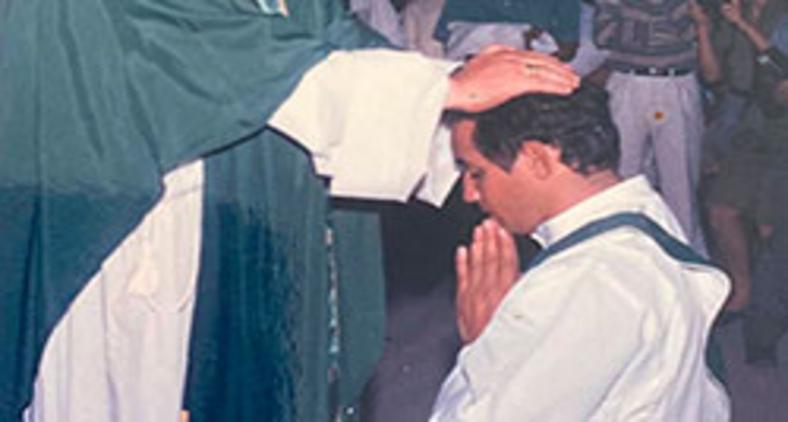 Dom Aloísio Lorscheider impondo às mãos durante ritual de ordenação presbiteral do então diácono Geovane Saraiva (Arquivo pessoal/ Geovane Saraiva)