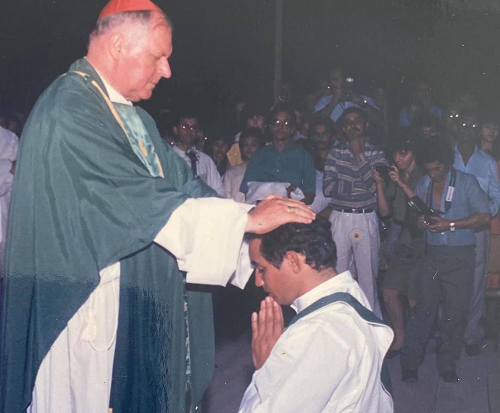 Dom Aloísio Lorscheider impondo às mãos durante ritual de ordenação presbiteral do então diácono Geovane Saraiva