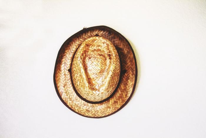 No lugar de uma mitra que remete à ideia de coroa, Pedro escolheu o chapéu de palha, como o de tantos trabalhadores, o que expressava sua disposição ao serviço