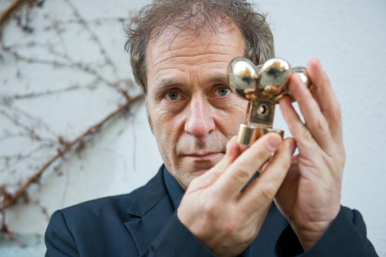 O diretor austríaco Hubert Sauper posa com prêmio recebido pelo filme 'We come as friends'', exibido na 64ª edição do festival de cinema Berlinale, na Alemanha