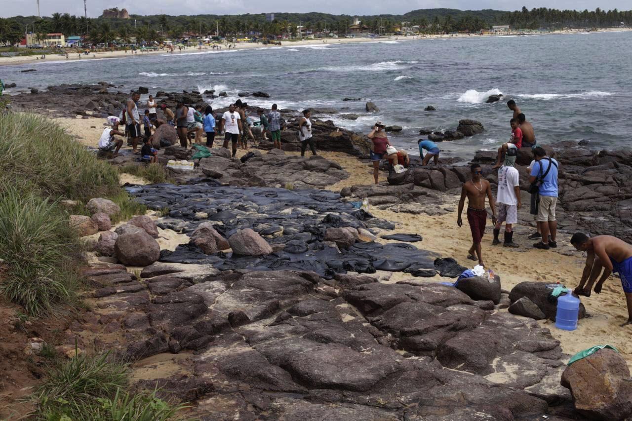 Prefeitura retira 150 toneladas de manchas de óleo das praias do Cabo de Santo Agostinho, em outubro de 2019