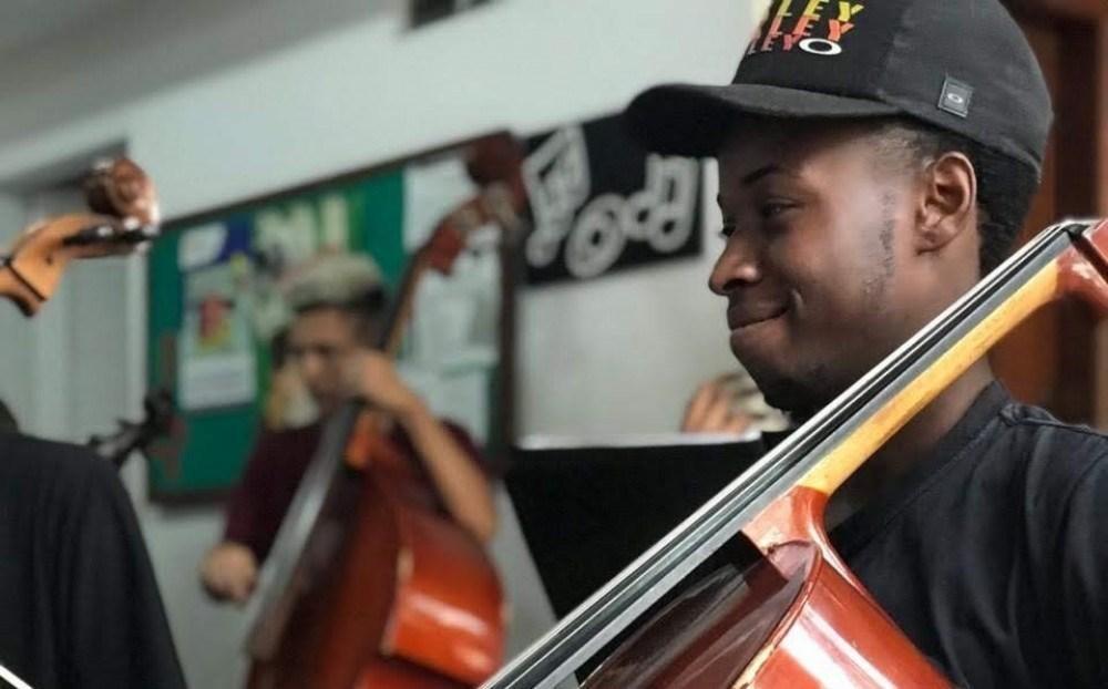 Justino é violoncelista da Orquestra de Cordas da Grota, em Niterói (Região Metropolitana do Rio)