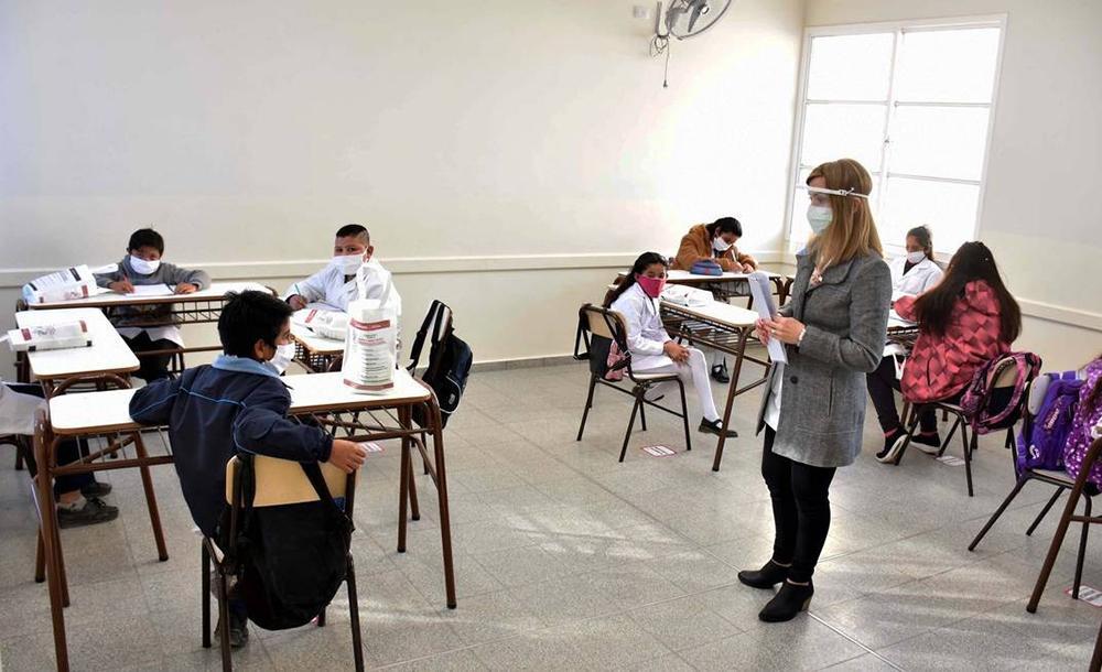 Na realidade brasileira, uma das alternativas que vem sendo discutida é o rodízio de alunos nos dias da semana, o que possibilitaria reduzir o número de pessoas presentes por dia na escola