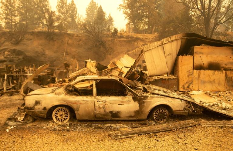 Carro incendiado em Fresno, Califórnia, em 8 de setembro de 2020