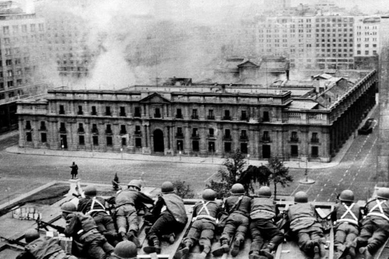Tropas do Exército observam o bombardeio do  Palácio de La Moneda, em Santiago, durante o golpe militar, em 11 desetembro de 1973