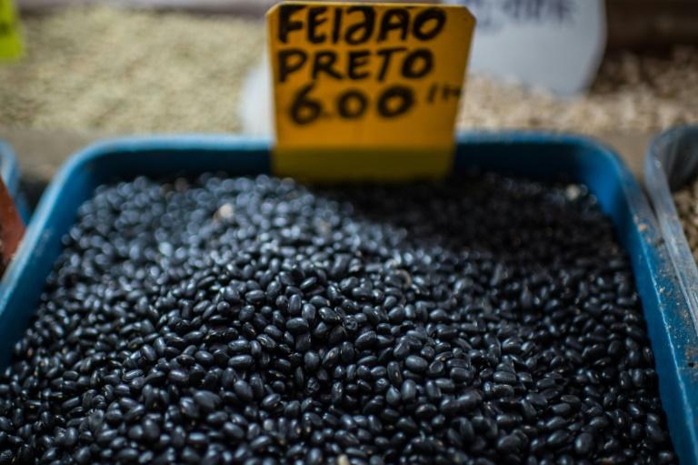 (Arquivo) Foto de dezembro de 2015 mostra feijão preto à venda em mercado de Manaus