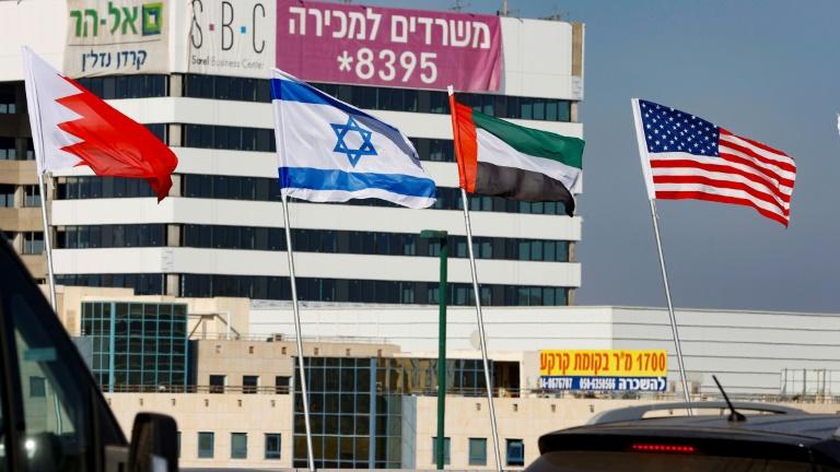 Bandeiras do Bahrein, Israel, Emirados Árabes Unidos e EUA na cidade israelense de Netanya