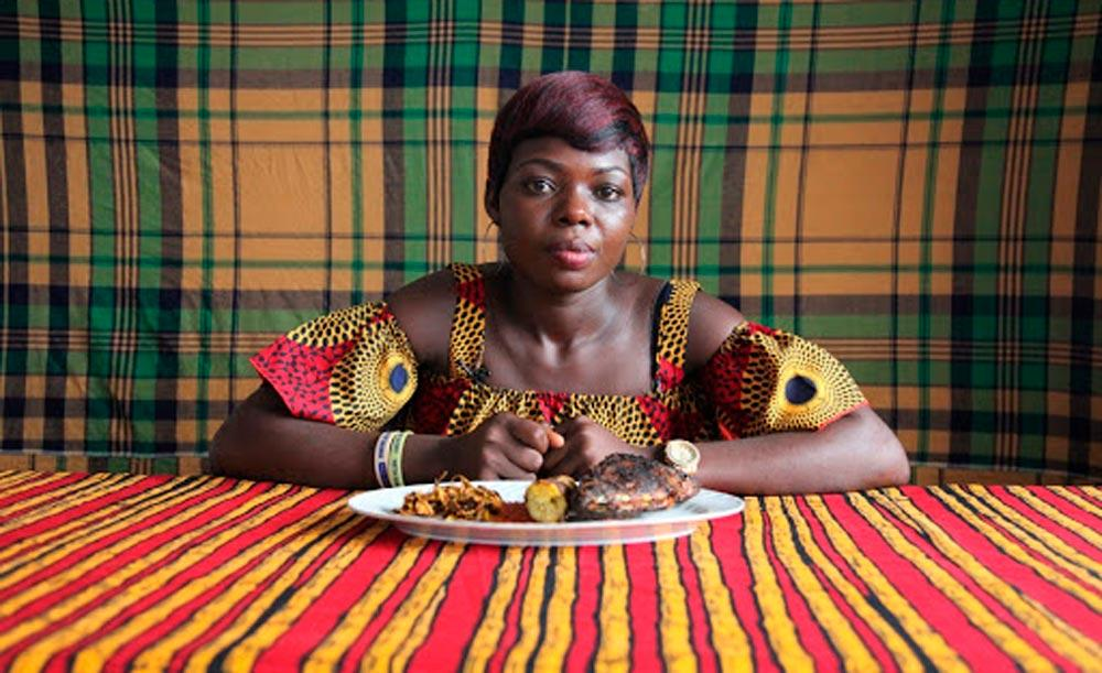 Vídeo da artista nigeriana Zina Saro-Wiwa, uma das artistas que participarão da mostra