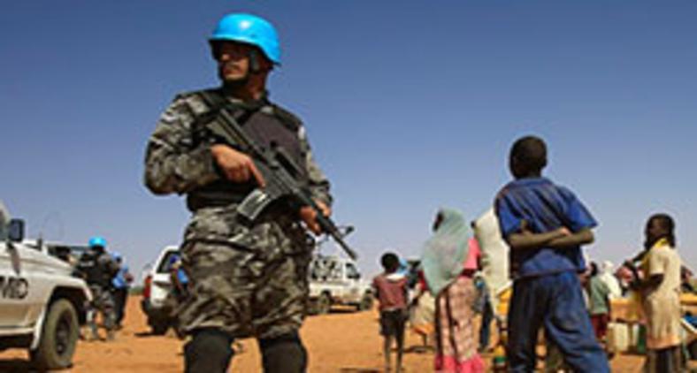 Força de paz da ONU limita-se a criar barreiras efêmeras entre os litigantes e não consegue impedir as escaramuças e matanças constantes (AFP/A. Shazly)