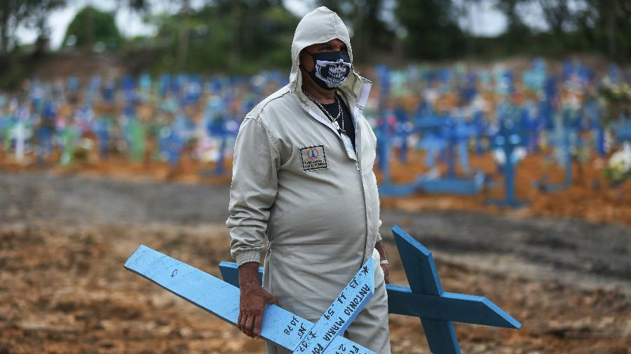 Enquanto presidente Bolsonaro nega pandemia, brasileiros morrem
