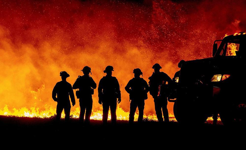 O esforço dos bombeiros na região tem resultado em avanços, mas a densa fumaça causada pelo fogo começa a trazer problemas no combate às chamas e para a saúde da população