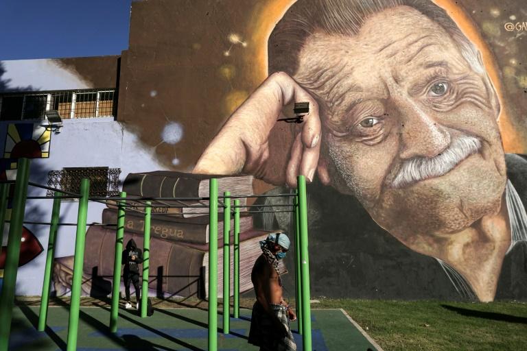 Mural com escritor Mario Benedetti feito pelo artista José Gallino, na praça Zelmar Michellini, em Montevidéu