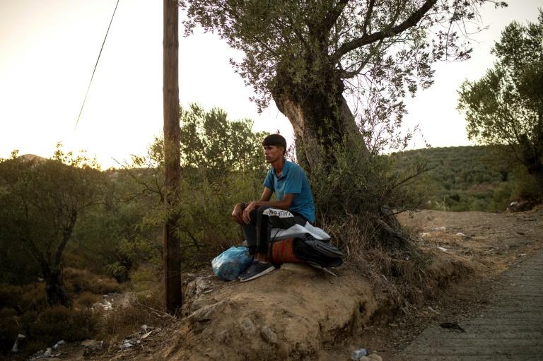Migrante perto do acampamento de refugiados devorado pelas chamas de Moria, na ilha grega de Lesbos