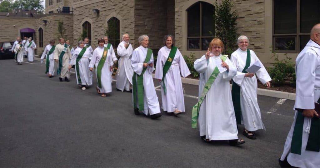Diáconos, homens e mulheres, caminham em procissão durante o encontro da Associação de Diáconos Anglicanos no Canadá em 2014