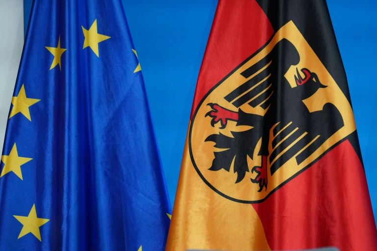 Bandeira da União Europeia junto a da Alemanha