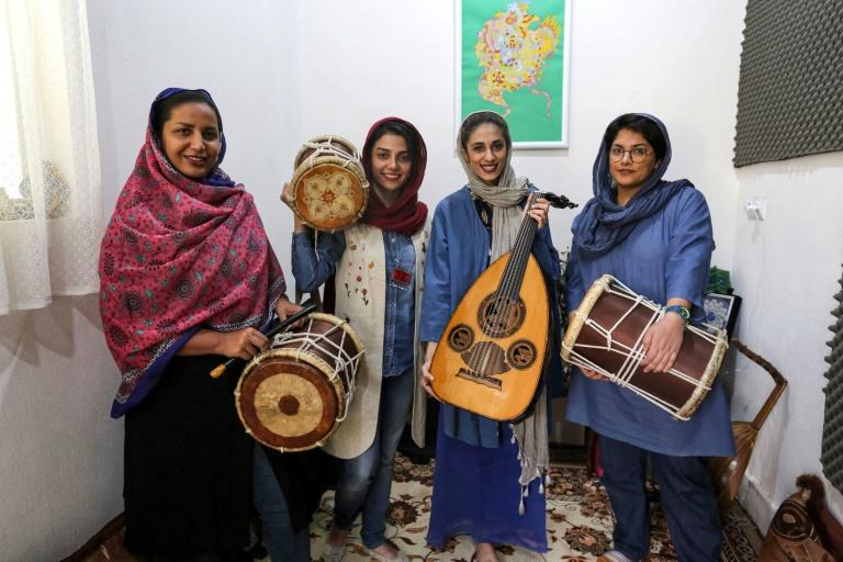 Malihe Shahinzadeh, que toca pippeh, Negin Heydari, que toca kasser, Noushin Yousefzadeh, que toca oud, e a percursionista Faezeh Mohseni