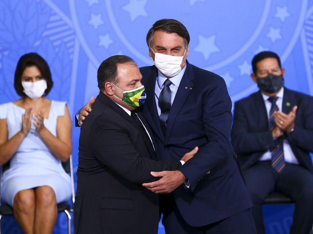 O presidente Jair Bolsonaro dá posse ao ministro da Saúde, Eduardo Pazuello, no Palácio do Planalto
