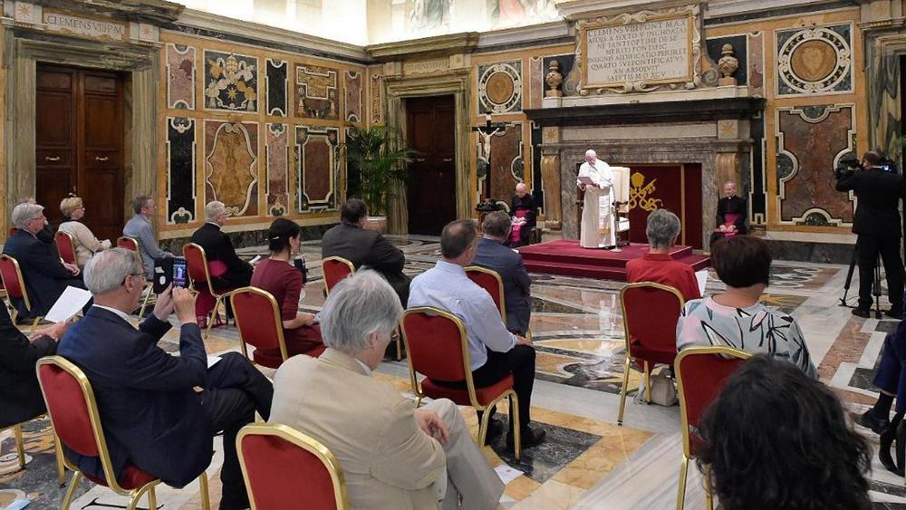 Papa recebe delegação de profissionais da revista cristã Tertio