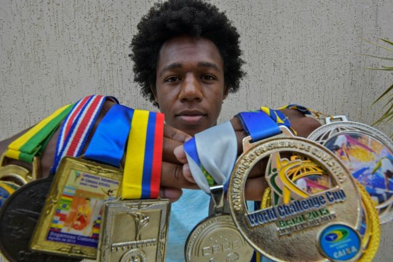 O ginasta Angelo Assumpção exibe as medalhas conquistas ao longo da carreira