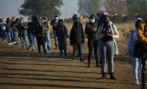 Sul-africanos fazem fila em frente à estação ferroviária Pienaaspoort, a leste de Pretória, para embarcar em trens de passageiros em 1ºde julho de 2020, na retomada das operações locais (Phill Magakoe/AFP)