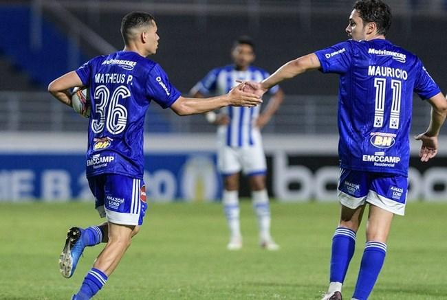 Matheus e Maurício comemoram o gol da Raposa