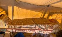 Um dos 14 sarcófagos encontrados em Saqqara, no Egito, em 20 de setembro de 2020 (AFP)