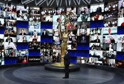 Apresentador Jimmy Kimmel diante de um painel de indicados ao Emmy (AFP)