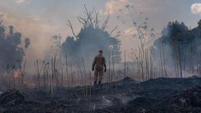 Bombeiro combate queimada em Sorriso (MT) (Mayke Toscano/Divulgação/AFP)