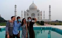 Visitantes retornam ao grandioso Taj Mahal, em Agra, Índia (Sajjad Hussain/AFP)