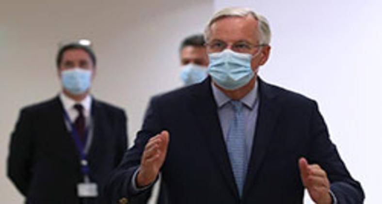 O negociador do Brexit da UE, Michel Barnier, gesticula ao chegar para uma reunião com o presidente do Conselho Europeu em Bruxelas em 18 de setembro de 2020 (Yves Herman/Pool/AFP)