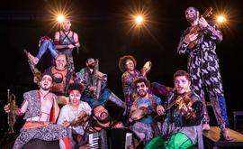 Atores da Cia. Barca dos Corações Partidos no musical 'Jacksons do pandeiro' (Renato Mangolin)