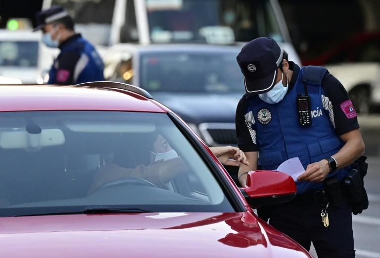 Polícia controla circulação de pessoas no bairro Puente de Vallecas, em Madri