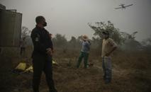 Presos trabalham no combate a incêndios no Pantanal, em 17 de setembro de 2020 (MAURO PIMENTEL/AFP)