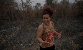 Domingas Ribeiro, que administra uma pousada no Pantanal, caminha entre terrenos devastados por incêndios, em 19 de setembro de 2020 no Mato Grosso (Mauro Pimentel/AFP)