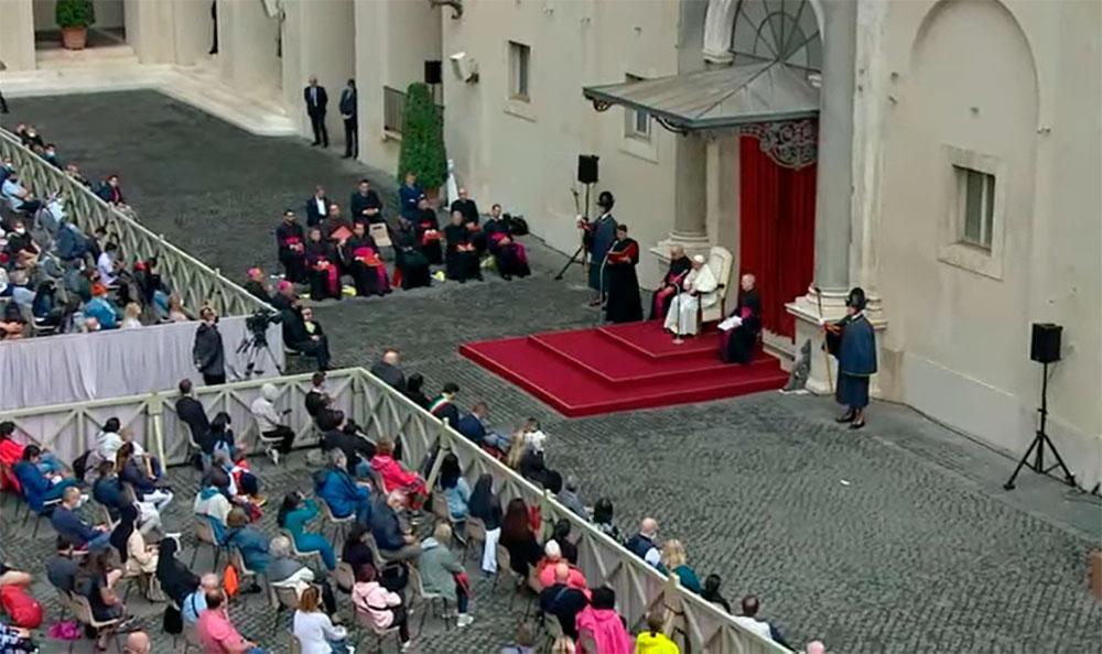 Papa durante audiência no Pátio São Dâmaso