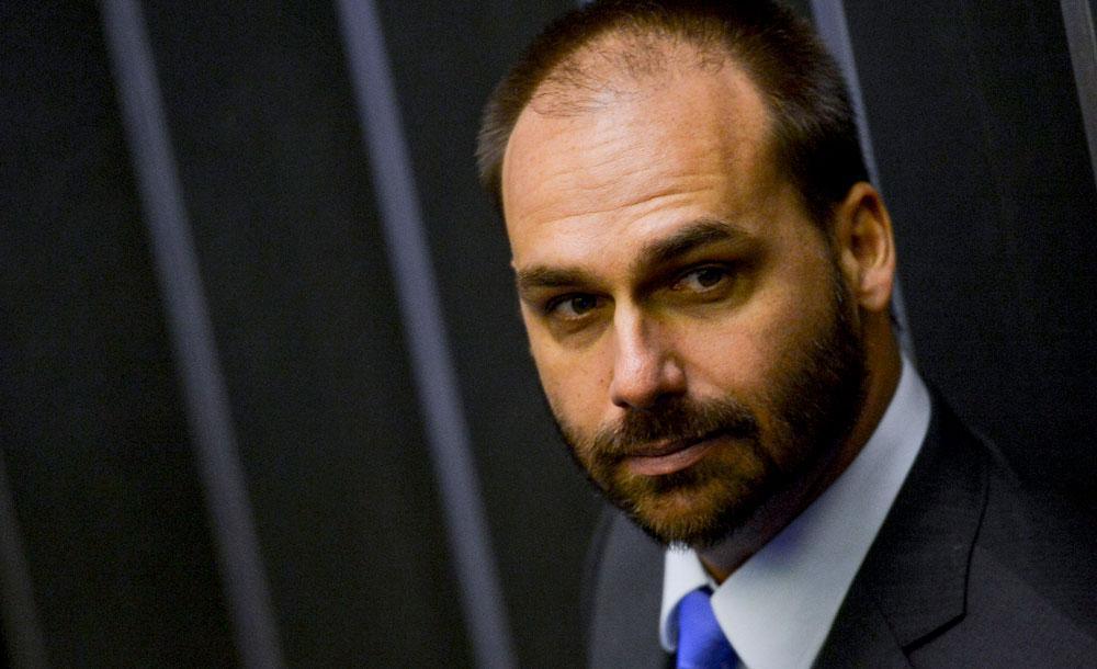 O filho do presidente respondeu às perguntas da delegada Denisse Ribeiro