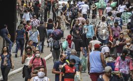 A imunidade coletiva ocorre quando uma porcentagem significativa de indivíduos fica imune a uma doença transmissível (Nelson Almeida/AFP)