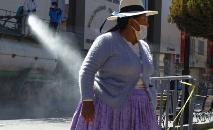 Trabalhadores municipais desinfetam ruas  de Puno, Peru (Carlos Mamani/AFP)