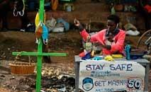 Mulher vende máscaras caseiras em rua de Nairóbi, na Nigéria (T. Karlumba/Getty Images/AFP)