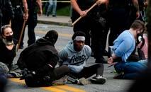 Manifestantes presos na cidade de Louisville, em Kentucky, em protestos contra a polícia (Jeff Dean/AFP)