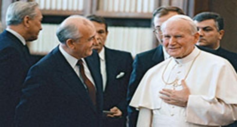 O líder soviético Gorbachev visita o papa João Paulo II no Vaticano, em 1989 (D. Donskoy/AFP)