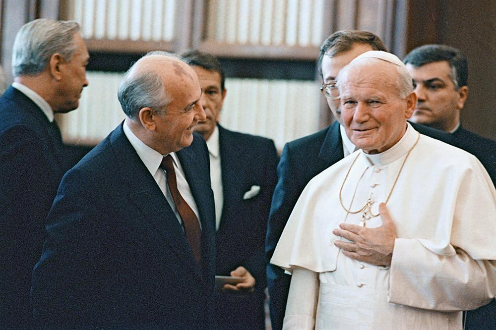 O líder soviético Gorbachev visita o papa João Paulo II no Vaticano, em 1989